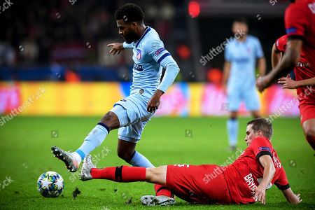 Atletico's Thomas Lemar (L) in action against Leverkusen's Sven Bender (R) during the UEFA Champions League group D soccer match between Bayer Leverkusen and Atletico Madrid in Leverkusen, Germany, 06 November 2019.