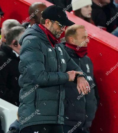 Liverpool manager Jurgen Klopp looks at his watch