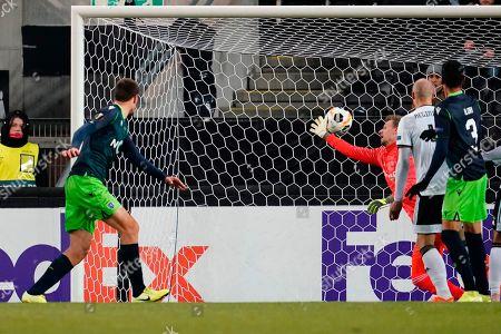 Sebastian Coates (Sporting, L) scores the 0-1 in action during the UEFA Europa League match Sporting Lisboa vs Rosenborg in Trondheim, Norway, 07 November 2019.