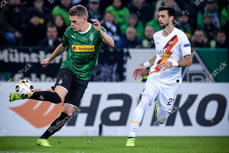 Moenchengladbach's Matthias Ginter (L) in action against Roma's Javier Pastore (R) during the UEFA Europa League group J soccer match between Borussia Moenchengladbach and AS Roma in Moenchengladbach, Germany, 07 November 2019.