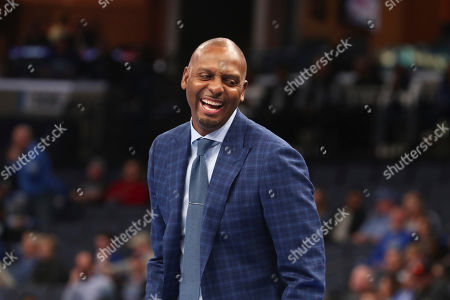 Memphis head coach Penny Hardaway laughs from the bench during the second half of an NCAA college basketball game against Illinois-Chicago, in Memphis, Tenn