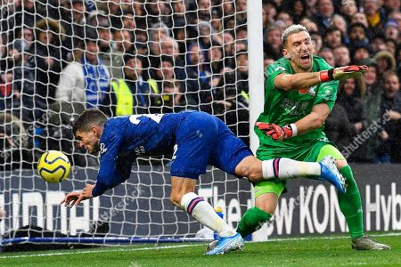 Chelsea's Christian Pulisic (L) scores the 2-0 lead during the English Premier League soccer match between Chelsea FC and Crystal Palace at Stamford Bridge in London, Britain, 09 November 2019.