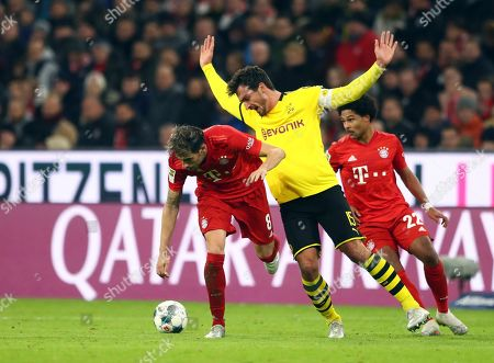 Bayern's Javi Martinez, left, duels for the ball with Dortmund's Mats Hummels during the German Bundesliga soccer match between FC Bayern Munich and Borussia Dortmund, in Munich, Germany