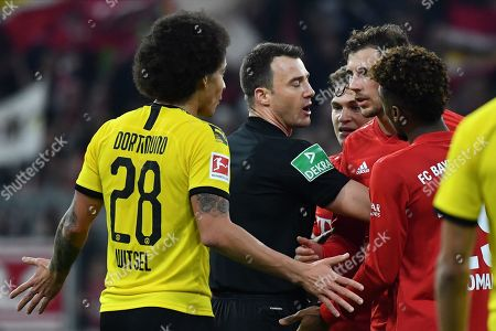 Referee Felix Zwayer (C) intervenes between Bayern's Javi Martinez (2-R) and Dortmund's Axel Witsel during the German Bundesliga soccer match between FC Bayern and Borussia Dortmund in Munich, Germany, 09 November 2019.
