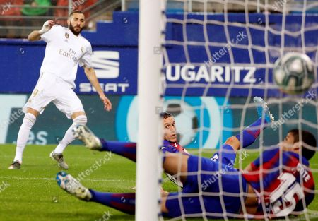 Real Madrid's French striker Karim Benzema (L) scores the opening goal against SD Eibar during their Spanish LaLiga Primera Division soccer match played at the Ipurua stadium in Eibar, northern Spain, 09 November 2019.