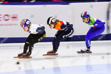Ji Yoo Kim (KOR) leads in front of Rianne De Vries (NED) during the ISU World Cup II at Maurice-Richard Arena in Montreal, Quebec
