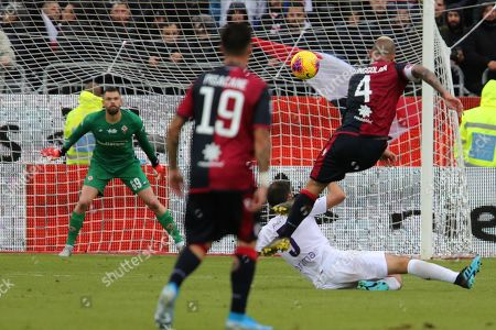 Cagliari's Radja Nainggolan (R) scores the goal of 5-0 during the Italian Serie A soccer match Cagliari Calcio vs ACF Fiorentina at Sardegna Arena stadium in Cagliari, Italy, 9 November 2019.