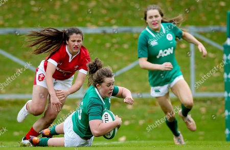 Ireland Women vs Wales Women. Ireland's Enya Breen scores a try