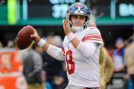 New York Giants quarterback Daniel Jones (8) warms up before an NFL football game against the New York Jets, in East Rutherford, N.J