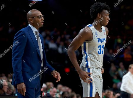 Memphis coach Penny Hardaway, left, talks to center James Wiseman during the second half of the team's NCAA college basketball game against Oregon in Portland, Ore., . Oregon won 82-74