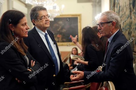 Acting Spanish Minister of Culture and Sports Jose Guirao (R) talks to Nicaraguan writer and Cervantes ward 2017 winner Sergio Ramirez (C) prior to offering a joint press conference at the Ministry of Culture in Madrid, Spain, 14 November, to announce that Catalan poet Joan Margarit is the winner of the Miguel de Cervantes 2019 Literature Award.
