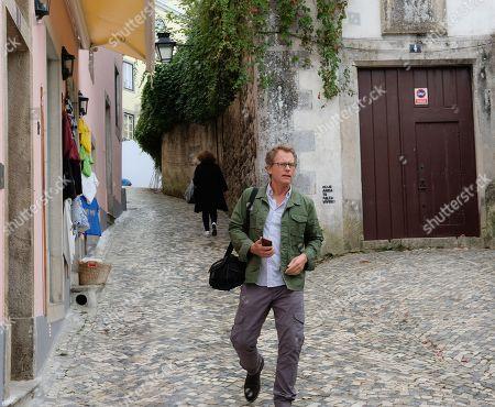 Greg Kinnear as Gary Archer