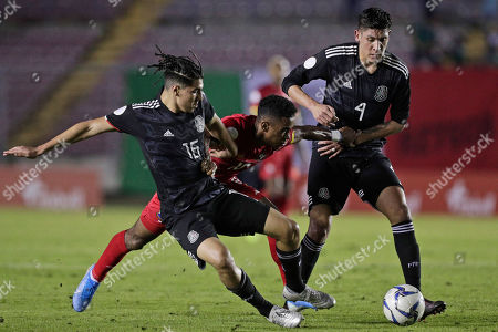 Panama's Edgar Barcenas, center, fights for the ball against Mexico's Erick Gutierrez, left, and Edson Alvarez during a CONCACAF Nations League soccer match at the Rommel Fernandez stadium in Panama City