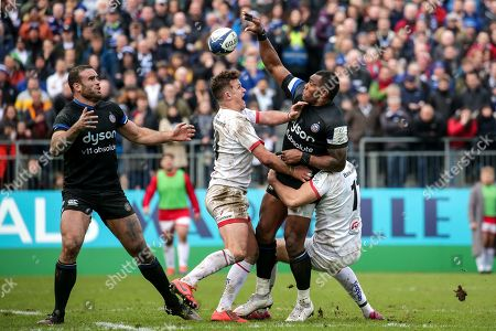Bath vs Ulster. Bath's Semesa Rokoduguni offloads the ball to Jamie Roberts despite Billy Burns and Jacob Stockdale of Ulster