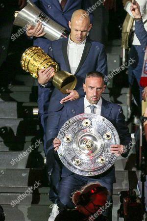 Arjen Robben and dem DFB-Pokal, Franck Ribery and Meisterschale, Jahreshauptversammlung 2019, FC Bayern Muenchen, 15.11.2019