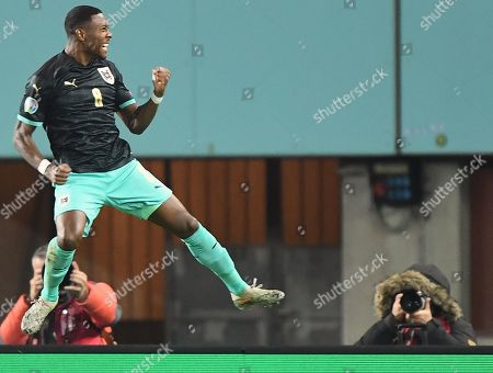 David Alaba (L) of Austria celebrates after scoring the 1-0 lead during the UEFA EURO 2020 group G qualifying soccer match between Austria and North Macedonia in Vienna, Austria, 16 November 2019.