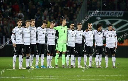 team steht zur Schweigeminute Gedenkminute  Todesday Robert Enke   