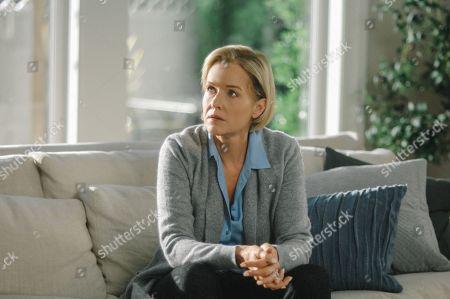 Penelope Ann Miller as Caroline DeVere
