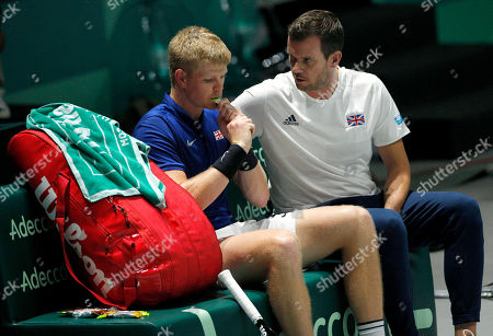 Kyle Edmund of Great Britain receives advice from team captain Leon Smith versus Philipp Kohlschreiber of Germany
