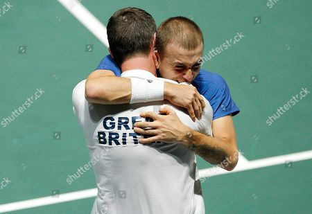 Dan Evans of Great Britain celebrates with Captain Leon Smith versus Germany