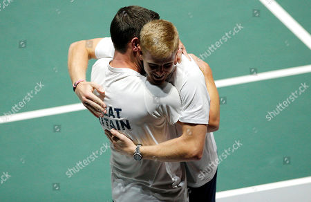 Kyle Edmund of Great Britain celebrates with Captain Leon Smith versus Germany