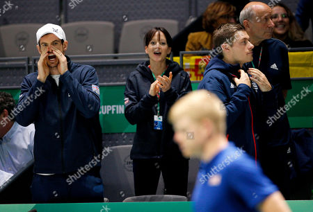 Andy Murray of Great Britain encourages Kyle Edmund from the bench versus Spain