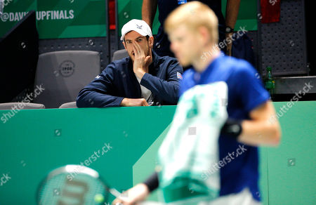 Andy Murray cheers on Kyle Edmund of Great Britain from the bench versus Spain