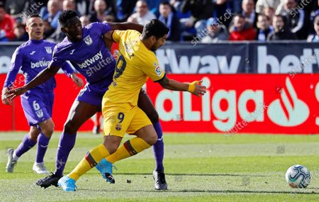Leganes' Kenneth Omeruo (C) in action against FC Barcelona's Luis Suarez (R) during the Spanish La Liga soccer match between CD Leganes and FC Barcelona at Butarque stadium in Leganes, near Madrid, Spain, 23 November 2019.