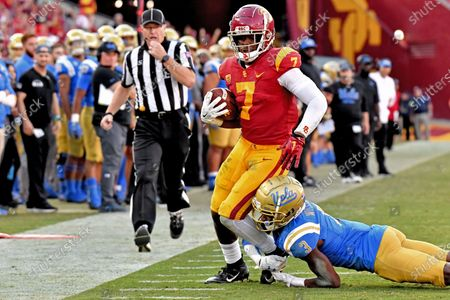 Los Angeles, CA.USC Trojans running back Stephen Carr #7 catches the pass for 21 yards as UCLA Bruins defensive back Rayshad Williams #3 defends in action during the fourth quarter of the NCAA Football game between the USC Trojans and the UCLA Bruins at the Coliseum in Los Angeles, California..The USC Trojans defeat the UCLA Bruins 52-35.Mandatory Photo Credit : Louis Lopez/CSM