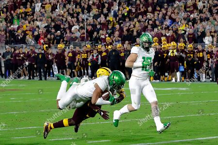Oregon wide receiver Johnny Johnson III dives in for a touchdown against Arizona State during the second half of an NCAA college football game, in Tempe, Ariz. Arizona State won 31-28