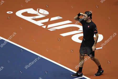 Roger Federer jokes with the crowd during an exhibition game with Alexander Zverev at Rumiñahui Coliseum in Quito, Ecuador