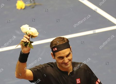 Roger Federer thanks the crowd after winning an exhibition game against Alexander Zverev at Rumiñahui Coliseum in Quito, Ecuador