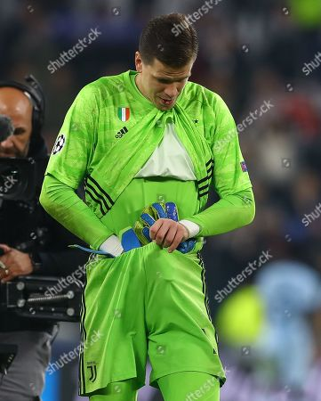 Wojciech Szczesny of Juventus puts his goalkeeping gloves down his shorts at full time