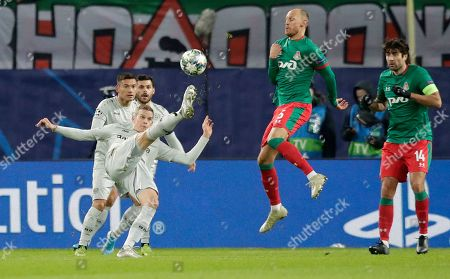 Leverkusen's Sven Bender, left, fights for the ball with Lokomotiv's Benedikt Hoewedes during the Champions League Group D soccer match between Lokomotiv Moscow and Leverkusen at the Lokomotiv Stadium in Moscow, Russia
