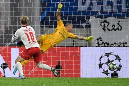 Emil Forsberg, Odisseas Vlachodimos. Leipzig's Emil Forsberg, left, scores second goal past Benfica's goalkeeper Odisseas Vlachodimos during the Champions League group G soccer match between RB Leipzig and Benfica in Leipzig, Germany