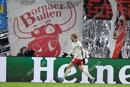 Leipzig's Emil Forsberg celebrates after scoring his side's second goal during the Champions League group G soccer match between RB Leipzig and Benfica in Leipzig, Germany