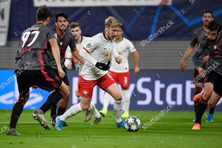 Leipzig's Emil Forsberg, center, controls the ball during the Champions League group G soccer match between RB Leipzig and Benfica in Leipzig, Germany