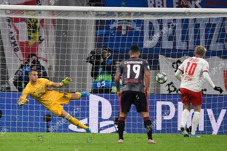Emil Forsberg, Odisseas Vlachodimos. Leipzig's Emil Forsberg, right, scores a penalty past Benfica's goalkeeper Odisseas Vlachodimos during the Champions League group G soccer match between RB Leipzig and Benfica in Leipzig, Germany