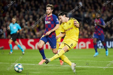 FC Barcelona's Sergi Roberto (L) in action against Borussia Dortmund's Nico Schulz (R) during a UEFA Champions League's group F soccer match between FC Barcelona and Borussia Dortmund at the Camp Nou Stadium in Barcelona, Spain, 27 November 2019.