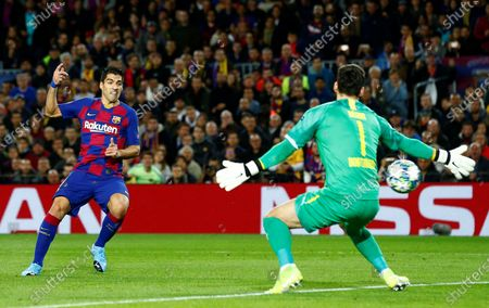 FC Barcelona's Luis Suarez (L) scores against  Borussia Dortmund's goalkeeper Roman Burki (R) the 1-0 lead during a UEFA Champions League's group F soccer match between FC Barcelona and Borussia Dortmund at the Camp Nou Stadium in Barcelona, Spain, 27 November 2019.