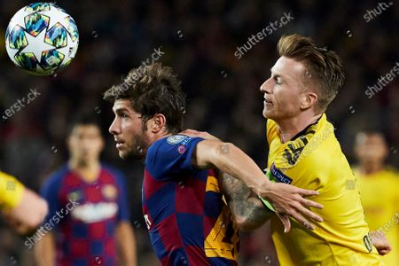 FC Barcelona's Sergi Roberto (L) in action against Borussia Dortmund's Marco Reus (R) during a UEFA Champions League's group F soccer match between FC Barcelona and Borussia Dortmund at the Camp Nou Stadium in Barcelona, Spain, 27 November 2019.