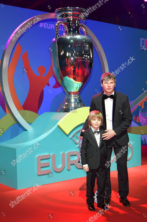 Andrei Arshavin poses with his son in front of a replica trophy