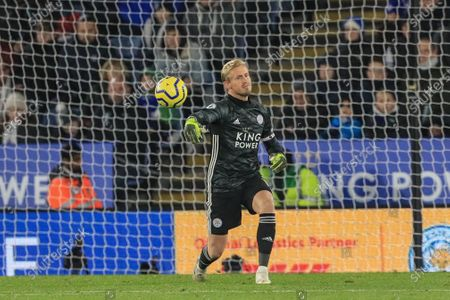 1st December 2019, King Power Stadium, Leicester, England; Premier League, Leicester City v Everton : Kasper Schmeichel (1) of Leicester City throws the ball out Credit: Mark Cosgrove/News Images