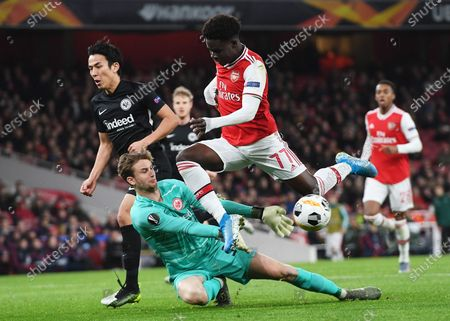 Bukayo Saka (C) of Arsenal in action against goalkeeper Frederik Ronnow of Frankfurt during the UEFA Europa League Group F match between Arsenal London and Eintracht Frankfurt in London, Britain, 28 November 2019.