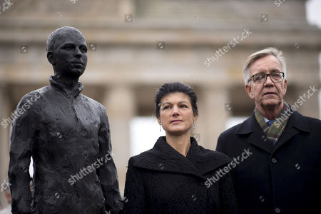 Stock Photo of Sahra Wagenknecht and Dietmar Bartsch alongside a statue of Chelsea Manning