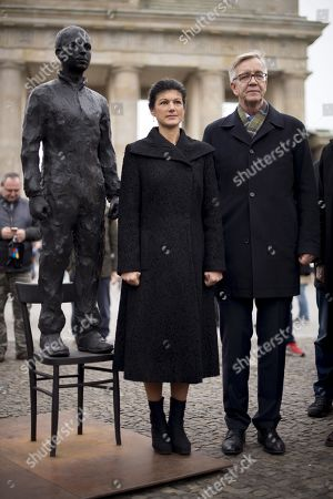 Sahra Wagenknecht and Dietmar Bartsch alongside a statue of Chelsea Manning