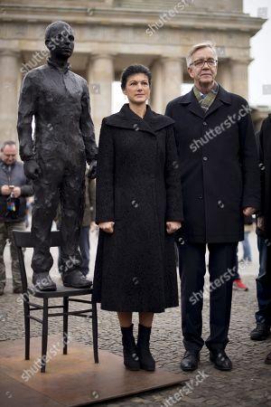 Sahra Wagenknecht and Dietmar Bartsch alongside a statue of Chelsea Manning