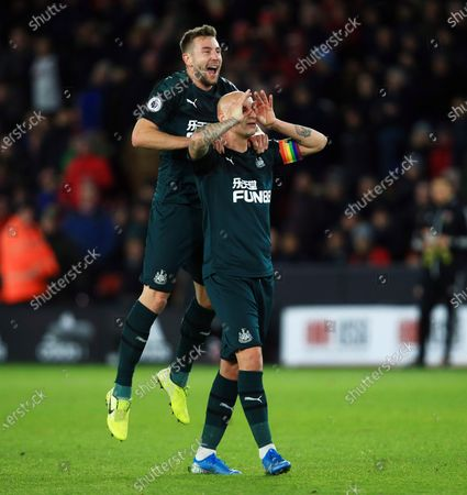 Jonjo Shelvey of Newcastle United celebrates scoring a goal to make it 0-2 with Paul Dummett