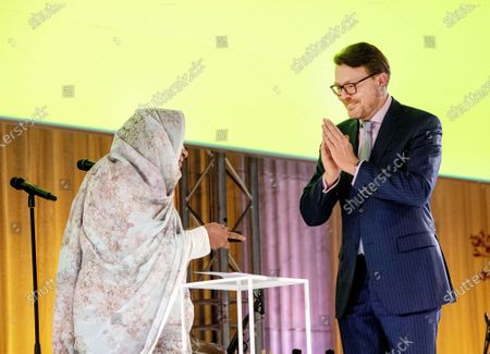 Artist Kamala Ibrahim Ishag from Sudan received the award from Prince Constantijn