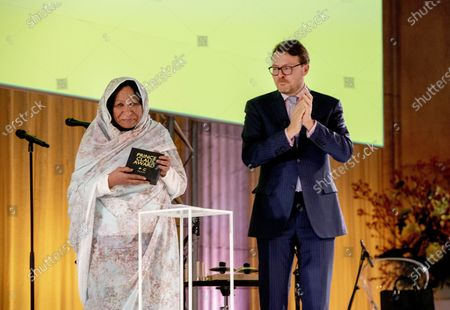 Stock Picture of Artist Kamala Ibrahim Ishag from Sudan received the award and Prince Constantijn